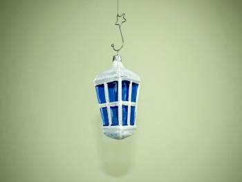 Hvid mundblæst lanterne med blå glas vinduer