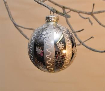 Julekugler i antiksølv og perlemors hvid