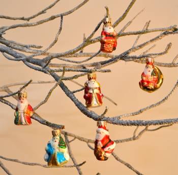 Julemand i en stjerne juletræs kugler