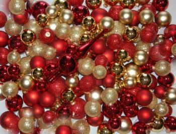 Komplet sæt røde og guld juletræskugler med spir
