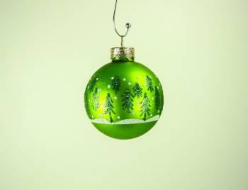 Silkematte grønne juletræskugler med dekor