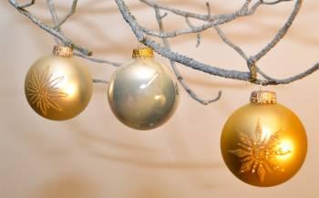 Silkematte og blanke kugler i guld perlemorhvid