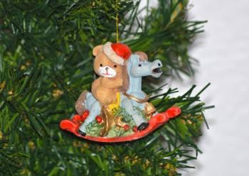 Smuk julebamse på gyngehest ophæng fra Torslow