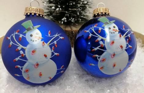Blå juletræskugle med snemand og lyskæde