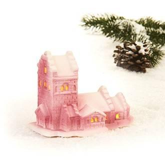 Landsby kirke med sne på taget