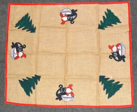 Smukt firkantet juletræstæppe med nisser og juletræ