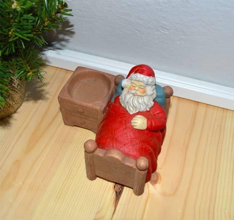 Sovende og meget træt julemand til fyrfadslys